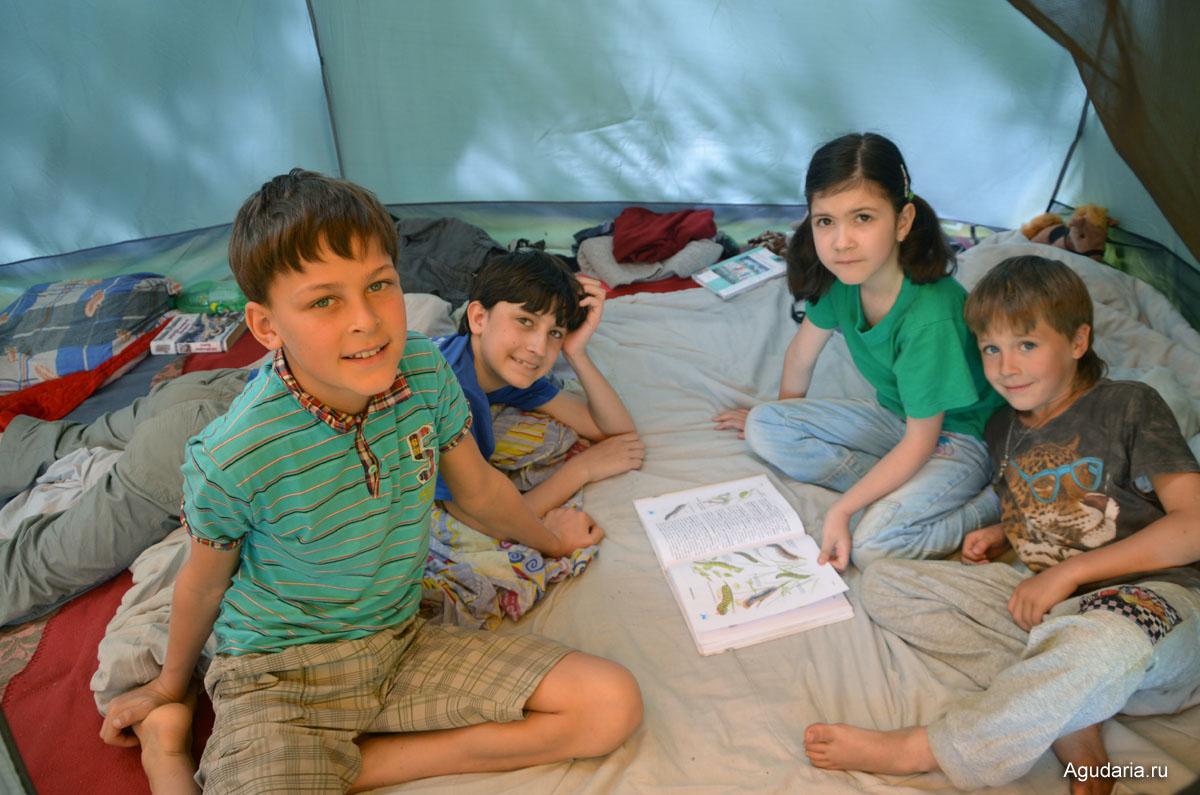 Слева направо: Антон (11 лет), Андрей (13 лет), Дамира (7 лет), Влад (6 лет).