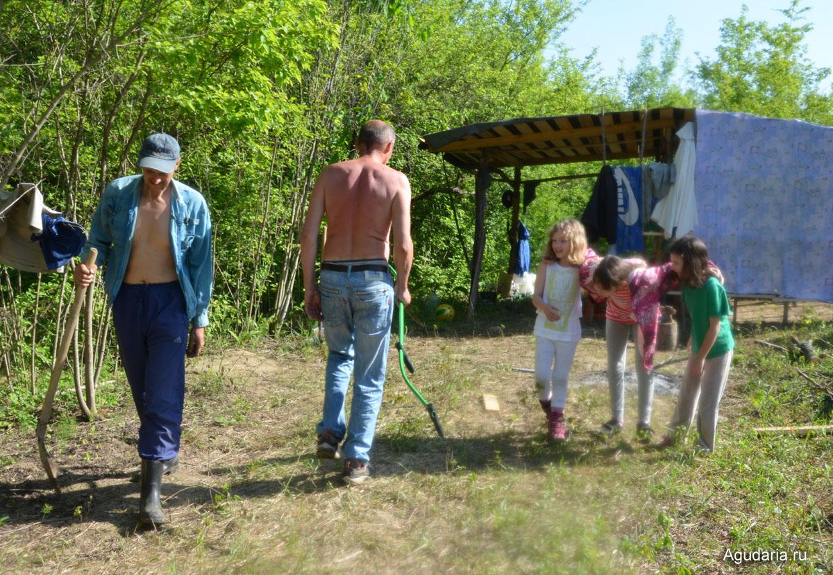 С нами в поместье в эту поездку приехали наши друзья с двумя дочками.