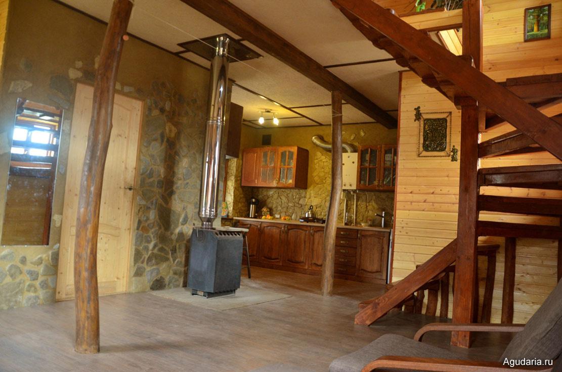 Вид из гостиной зоны на прихожую, кухню и лестницу. Чеканка и картина - работы дедушки Вовы (папа Ани). Дверь в прихожую еще не покрыта, будет под цвет.