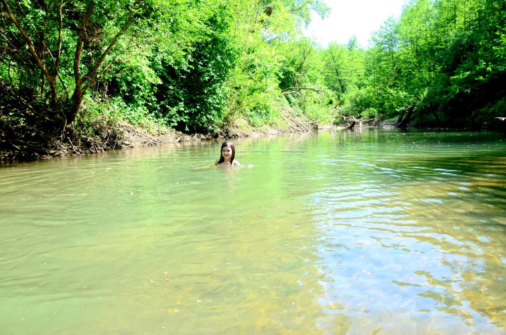 Дамира плавает - как рыба в воде, какие только трюки не выделывает.