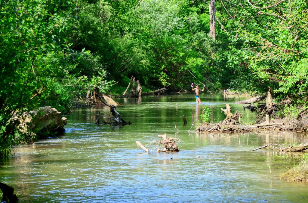 Андрей исследует реку. Тут ему еще 14 лет, это 2 года назад))