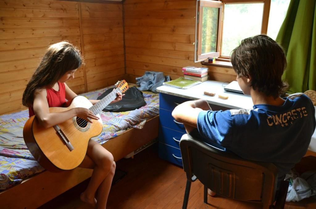 С утра сестру учил играть на гитаре...