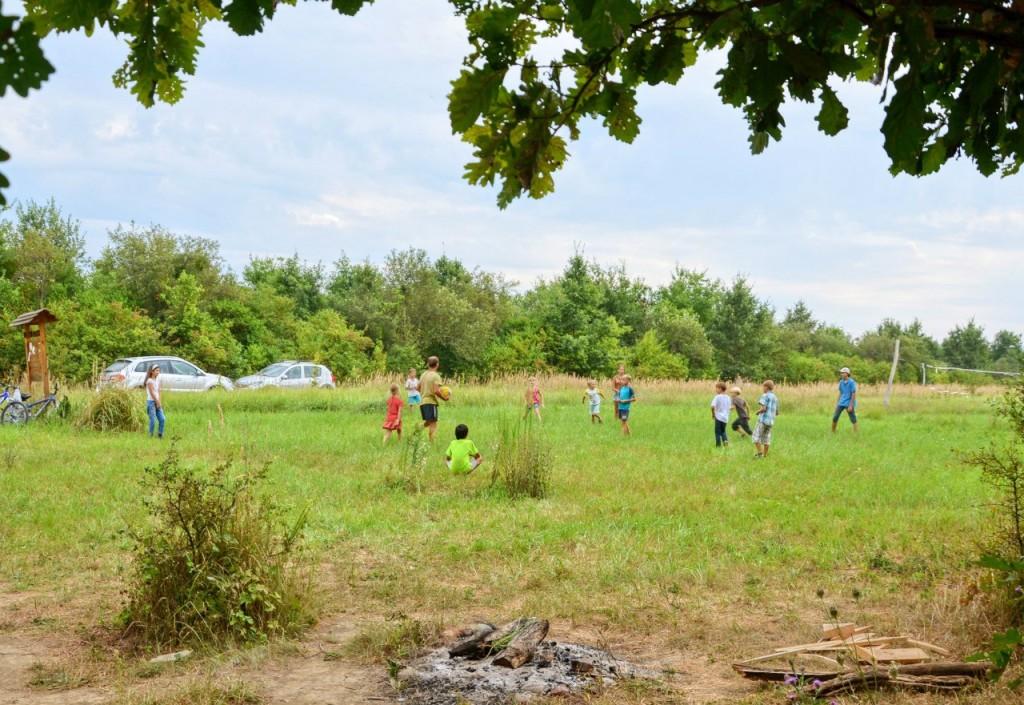 Вечером детвора собралась на общей поляне. Там Антон Мельчаков-старший провёл веселые подвижные игры.