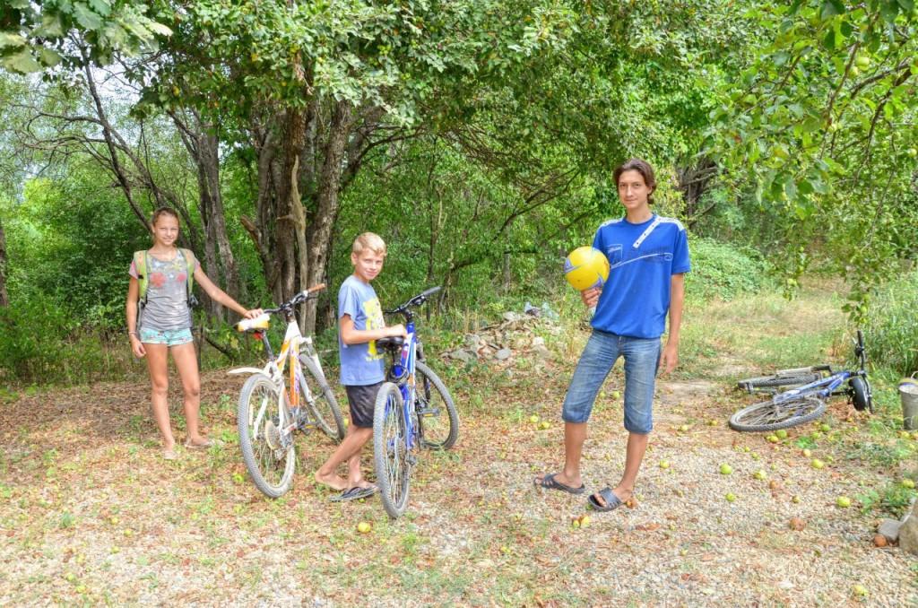 Потом приехали друзья - Лиза и Слава Летовы, подарили волейбольный мяч...