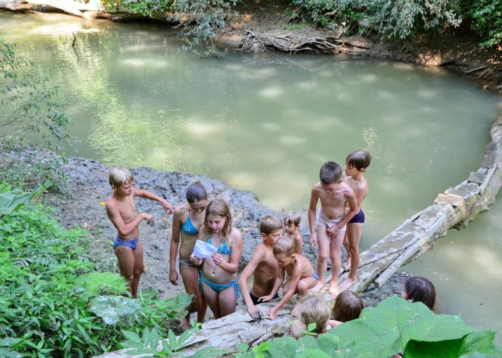 Команда на прохождение квеста. Интересное путешествие по реке получилось. Сын Андрей подготовил захватывающий квест с маршрутом по реке. Сергей отправился дальше с детьми в маршрут, фотоаппарат оставили на берегу.