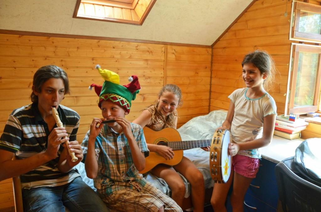 Дети репетируют. Хорошо, что комнаты со звукоизоляцией)))  Андрей, Слава и Лиза Летовы, Дамира.