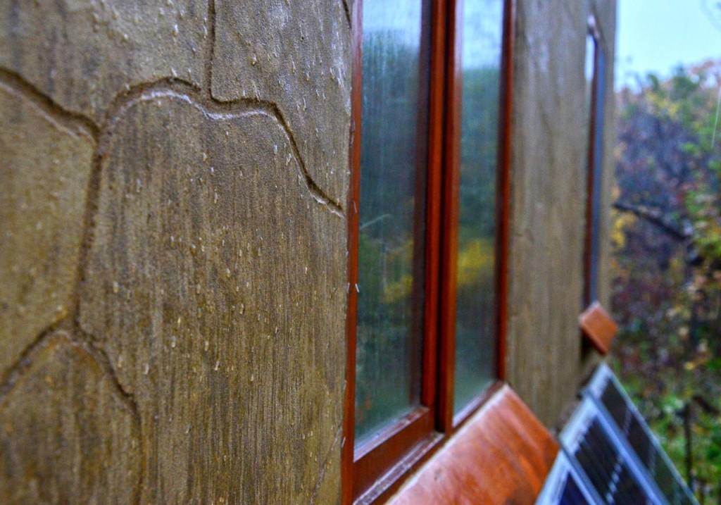 Капли дождя на стене. Поначалу стены стойко сопротивлялись непогоде.