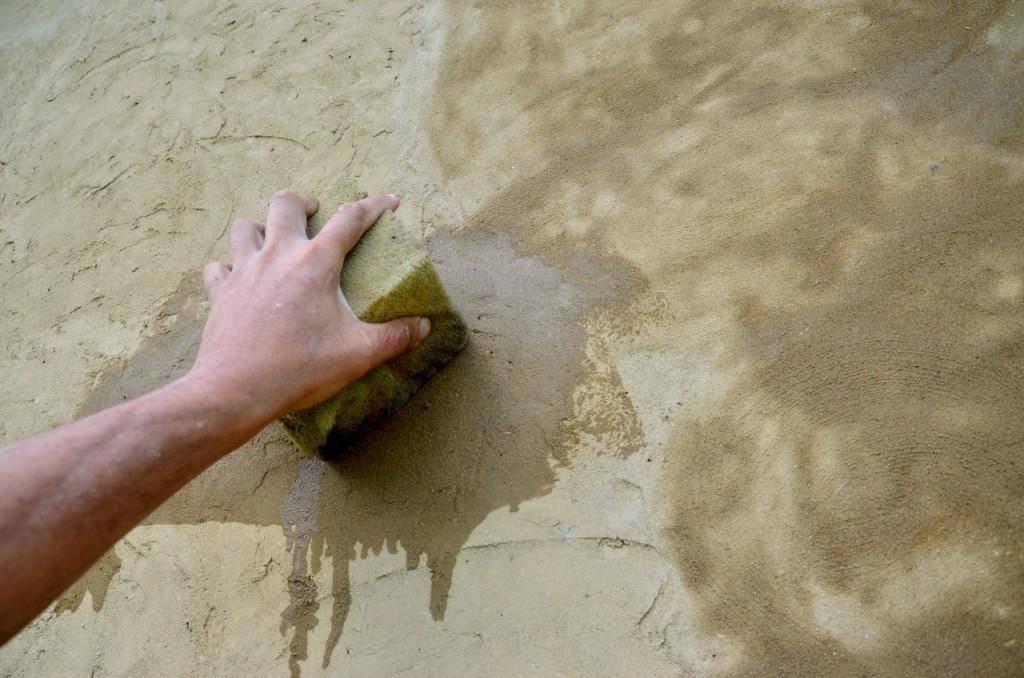 Разглаживание неровностей штукатурки стен. По простому - мокрой губкой. )) Только губка нужна плотная, жесткая.