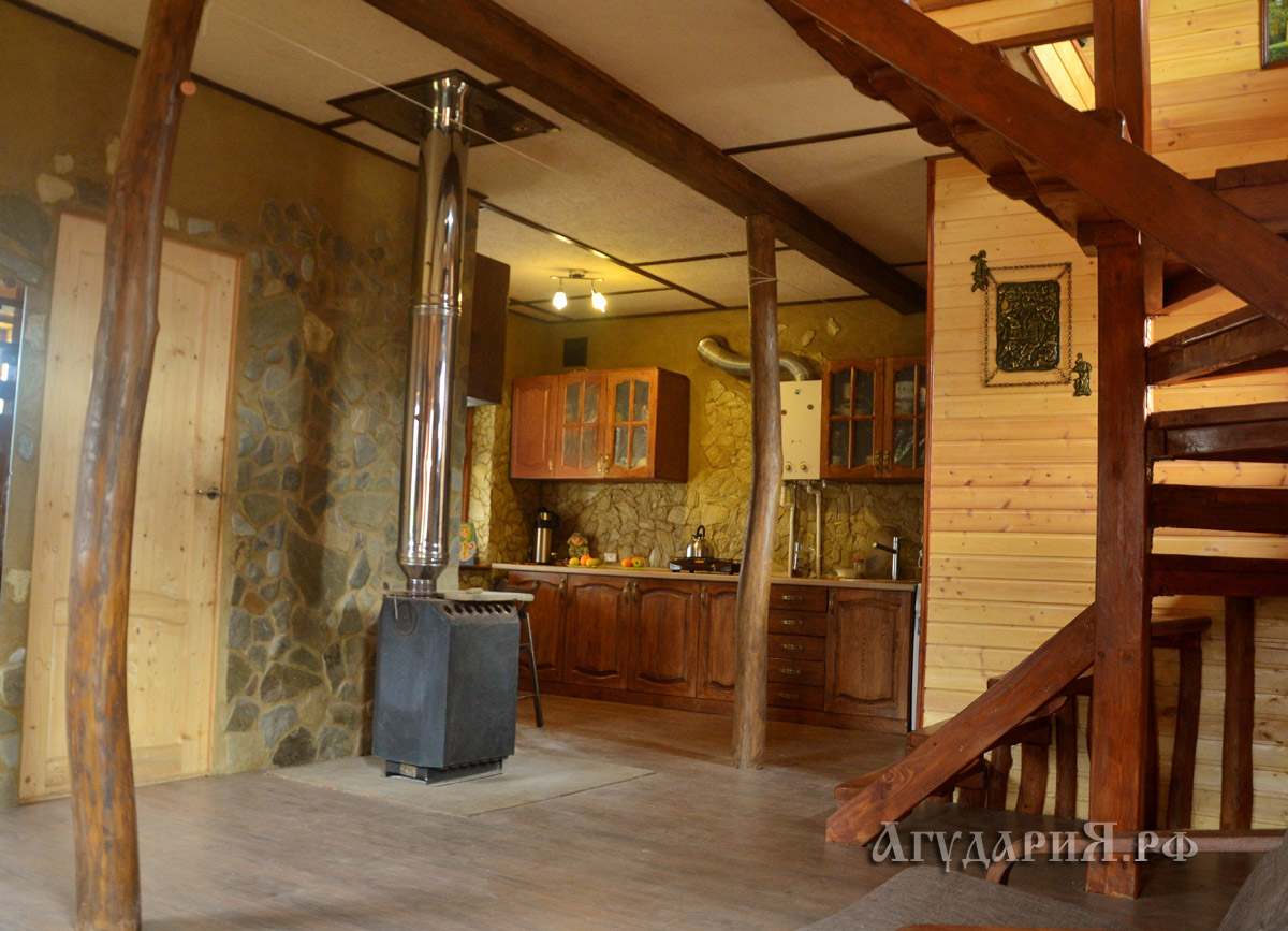 Первый этаж. Вид на кухню. Печь стоит на фундаменте для большой кирпичной печи. Трубы - сэндвич, нержавейка. Поместье АгудариЯ